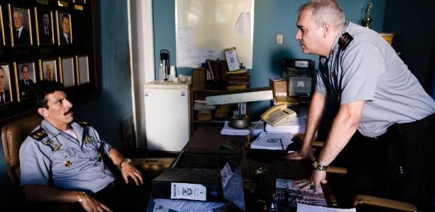 Sandro Rocha (debruçado sobre a mesa) durante participação no filme Tropa de Elite - Divulgação