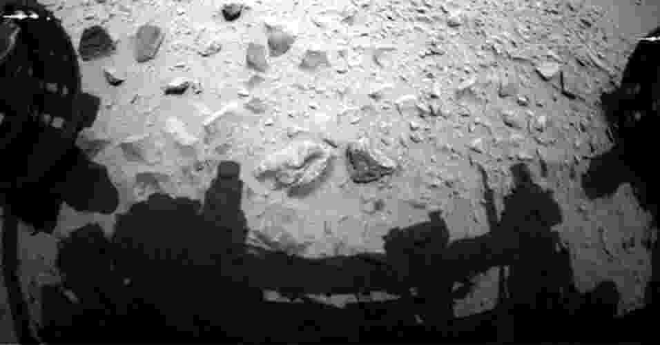 19.jul.2013 - Novas medições da composição da atmosfera de Marte feitas pelo laboratório do Curiosity fornecem fortes evidências sobre a perda de grande parte da atmosfera do planeta vermelho. Os cientistas da Nasa (Agência Espacial Norte-Americana) suspeitam que uma catástrofe desligou o campo magnético do planeta vermelho quando tinha menos de 500 milhões de anos e deixou-o exposto a fortes ventos solares, que arrasaram quase toda a atmosfera. Após nascer com uma atmosfera espessa, Marte rapidamente perdeu quase todo seu ar e se tornou, talvez, parecido com nosso planeta. O problema é que a erosão continuou e, hoje, o ar marciano é tão rarefeito que sua pressão é de menos de um centésimo do da superfície terrestre. Acima, imagem foi feita pela câmera do jipe-robô no 335 dia de missão, que corresponde a 16 de julho, após andar um quilômetro em direção ao seu novo alvo - Nasa/JPL-Caltech