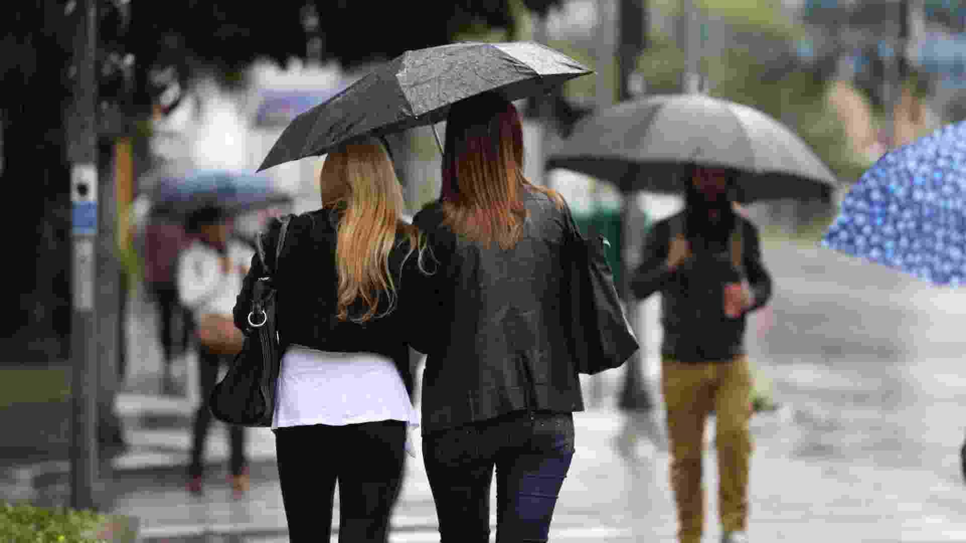 19.jul.2013 - Esta sexta-feira (19) registrou uma mudança brusca de temperatura em São Paulo, com os termômetros marcando cerca de 16ºC na capital paulista. A propagação de uma frente fria provoca o aumento de nuvens no decorrer do dia. No começo da tarde, ocorrem chuvas de leves a moderadas na cidade. Na quinta (18), a temperatura máxima foi de 26ºC - Derek Sismotto Flores/UOL