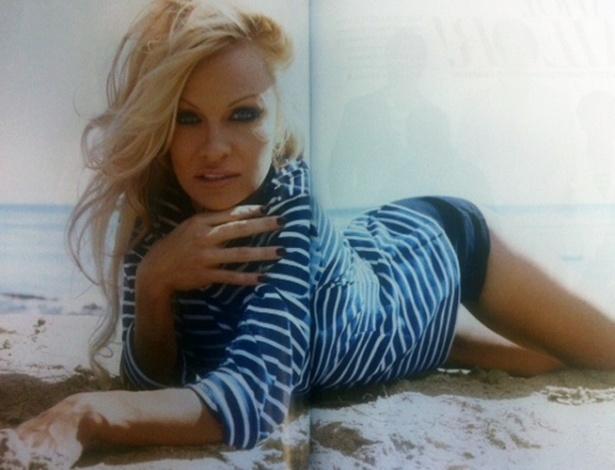 A foto da atriz Pamela Anderson, publicada em página dupla na revista ''Zoomer'' de julho, mostra algo estranho com a parte inferior do corpo dela. A cintura da atriz - bem alta na imagem - dá a impressão de que Pamela anda treinando contorcionismo. O provável é que uma ''escorregada'' no Photoshop achatou horizontalmente o corpo da atriz para dar a impressão de uma silhueta mais magra e curvilínea