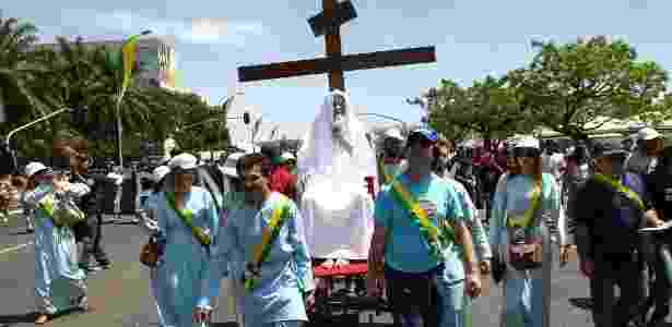 Inri Cristo é carregado por seguidores pelas ruas de Brasília, onde fica a sede de sua igreja, durante protesto - Sérgio Lima/Folhapress