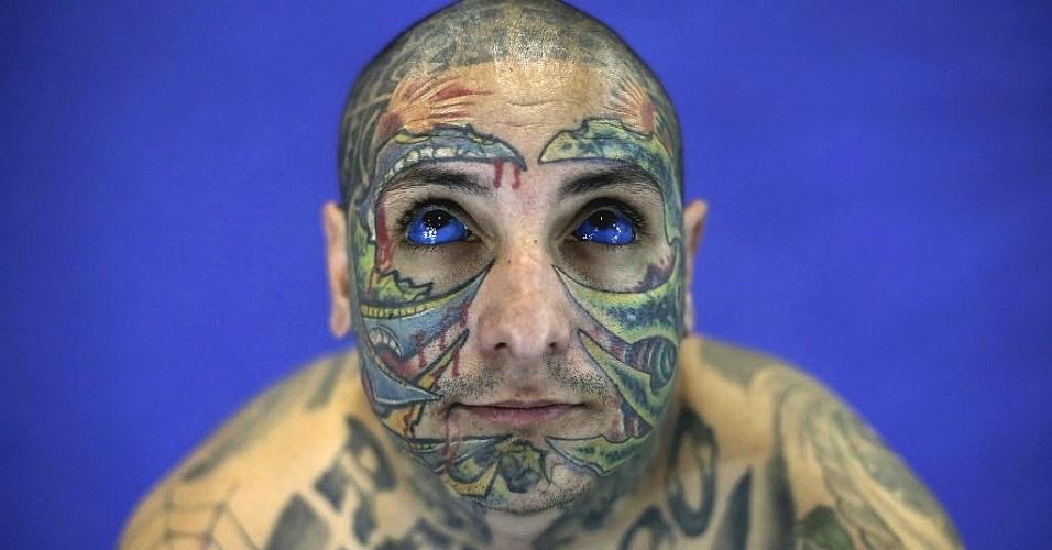 20.jul.2013 - Artista trabalha em tatuagem na cintura de mulher durante o 3º Festival Internacional de Tatuagem em São Paulo, neste sábado (20)