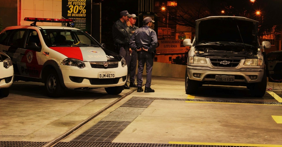 20.jul.2013 - Policiais inspecionam posto de combustível em Santo André (SP), onde um policial foi morto a tiros