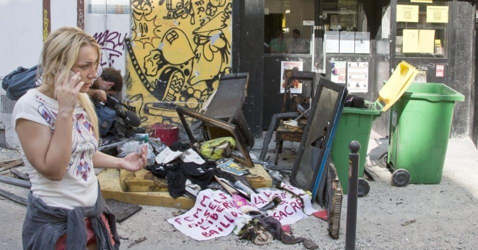 21.jul.2013 - A ucraniana Inna Shevchenko, líder da filial francesa do Femen, fala ao telefone após incêndio no apartamento dela, neste domingo (21), em Paris. No local funcionava também o escritório do Femen na cidade