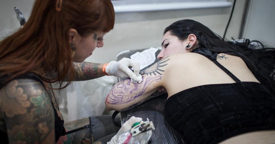 21.jul.2013 - Homem é tatuado durante evento Tattoo Week, que reúne tatuadores até este domingo em São Paulo, no Expo Center Norte, na zona norte da cidade