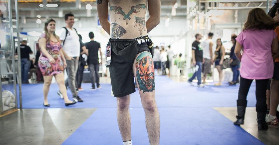 21.jul.2013 - Homem mostra tatuagem feita na perna durante evento Tattoo Week, que reúne tatuadores até este domingo em São Paulo, no Expo Center Norte, na zona norte da cidade