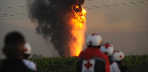 21.jul.2013 - Integrantes da Cruz Vermelha se deslocam para oleoduto da empresa estatal Petróleos Mexicanos (Pemex), onde uma explosão, neste domingo (21), deixou pelo menos sete feridos - Alejandro Dias/Reuters