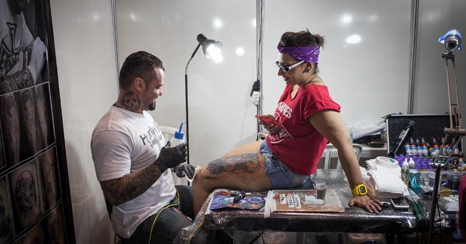 21.jul.2013 - Mulher é tatuada durante evento Tattoo Week, que reúne tatuadores até este domingo em São Paulo, no Expo Center Norte, na zona norte da cidade