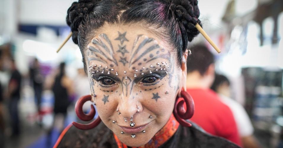 21.jul.2013 - Mulher mostra tatuagens no rosto durante evento Tattoo Week, que reúne tatuadores até este domingo em São Paulo, no Expo Center Norte, na zona norte da cidade