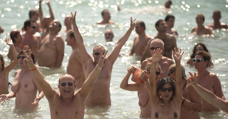 21.jul.2013 - Pessoas festejam no mar mediterrâneo recorde obtido neste domingo (21), na cidade de Vera, na província espanhola de Almeria: maior número de nudistas se banhando ao mesmo tempo: 726 pessoas