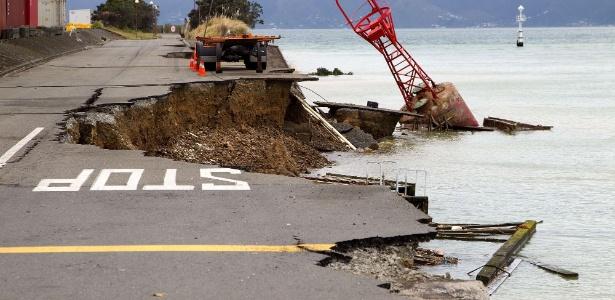 Cidade de Wellington, Nova Zelândia, em julho de 2013 amanhece com imagens da destruição causada por um terremoto de magnitude 6,5
