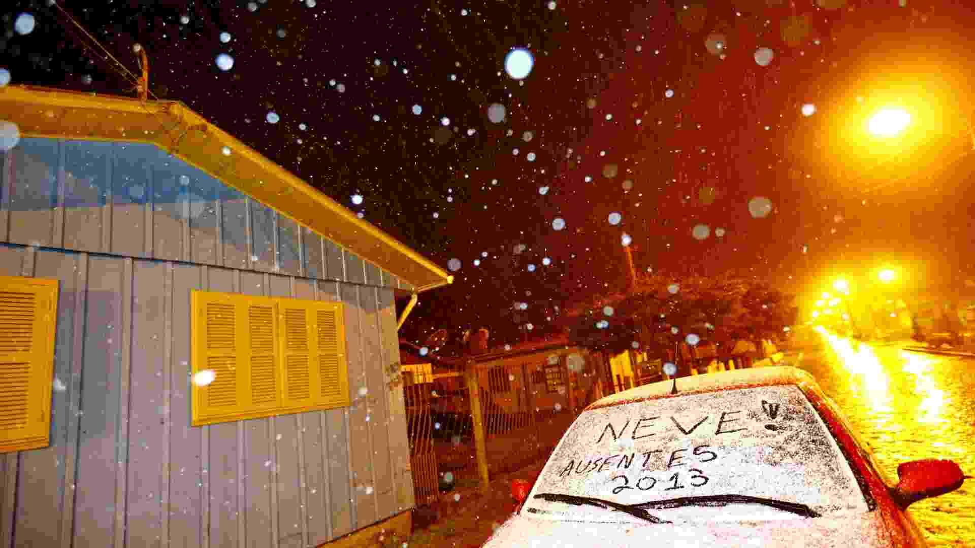 22.jul.2013 - Com o termômetro marcando -0,5ºC, segundo o Inmet (Instituto Nacional de Meteorologia), o município de São José dos Ausentes (RS) teve neve na madrugada desta segunda-feira (22). Por volta das 4h30, pequenos flocos de neve, que se assemelhavam a chuva congelada, enfeitavam o céu da cidade. Mais tarde, por volta das 5h, a neve se acentuou, caindo com mais intensidade - Félix Zucco/Agência RBS