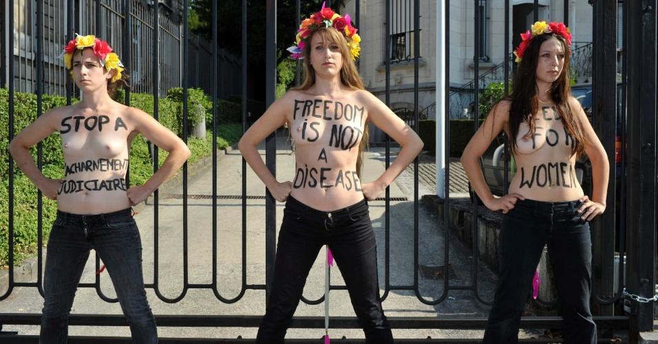 22.jul.2013 - Integrantes do grupo Femen protestam seminuas em frente à embaixada da Tunísia em Bruxelas (Bélgica) nesta segunda-feira (22), após trancar o portão do local. Elas reivindicam a libertação da ativista tunisiana Amina Tyler, detida na cidade.