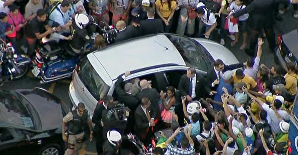 22.jul.2013 - O papa Francisco abençoa criança que chega perto de carro que o conduz pelas ruas do centro do Rio de Janeiro nesta segunda-feira (22)