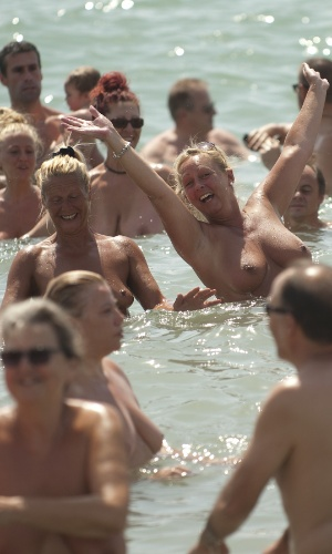 21.jul.2013 - Com 729 banhistas nus ao mesmo tempo, a cidade de Vera, na província de Almería, na Espanha, bateu o recorde mundial de maior banho coletivo com pessoas nuas. A marca anterior pertencia a Nova Zelândia, que conseguiu reunir 506 banhistas