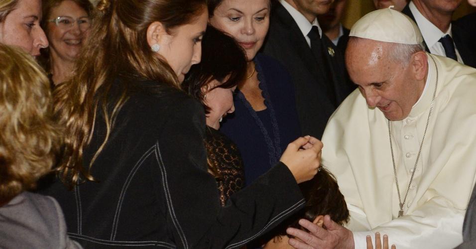 23.jul.2013 - A presidente Dilma Rousseff observa o papa Francisco abençoar criança durante cerimônia de boas-vindas realizada no Palácio da Guanabara, sede do governo do Rio de Janeiro. A foto foi divulgada nesta terça-feira