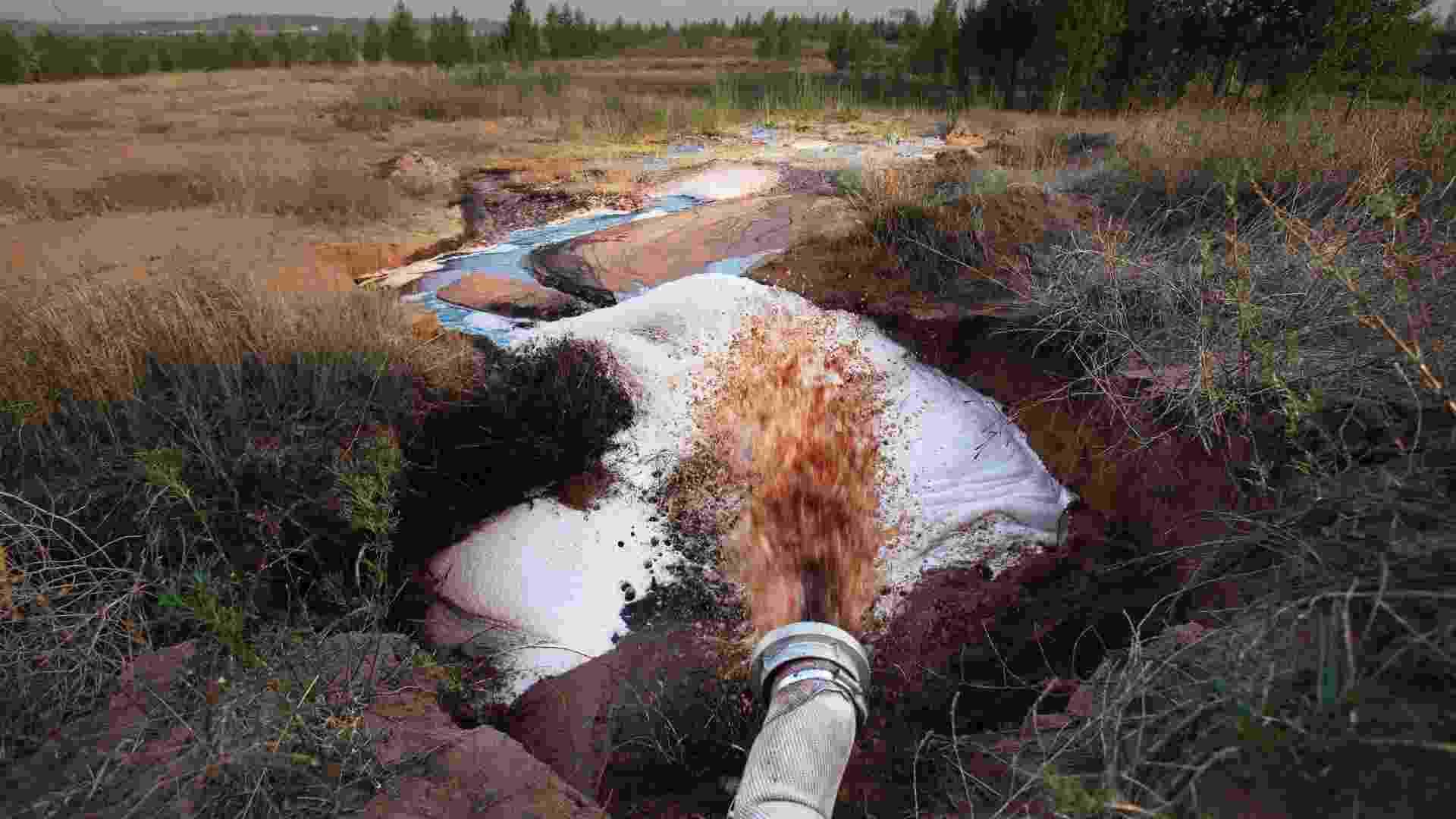 23.jul.2013 - A usina-piloto de liquefação de carvão da Shenhua Group, a maior mineradora chinesa, despejou uma grande quantidade de água contaminada na região perto da cidade de Ordos, na Mongólia Interior, elevando os níveis de produtos tóxicos nas águas locais. Segundo denúncia da ONG, a mineradora também retirou mais de 50 milhões de toneladas de água do lençol freático na região de Haolebaoji desde 2006 - Qiu Bo/Greenpeace via Reuters