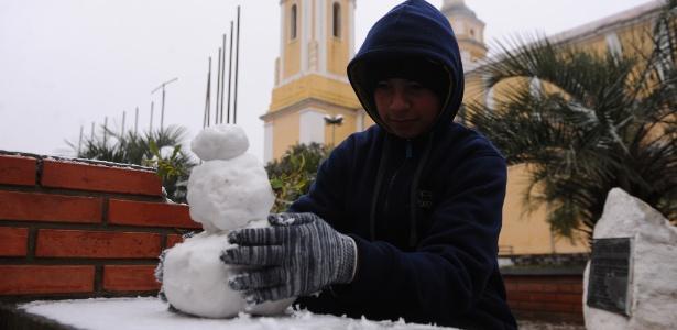 Homem faz boneco de neve no RS, que deverá ser afetado por onda de frio