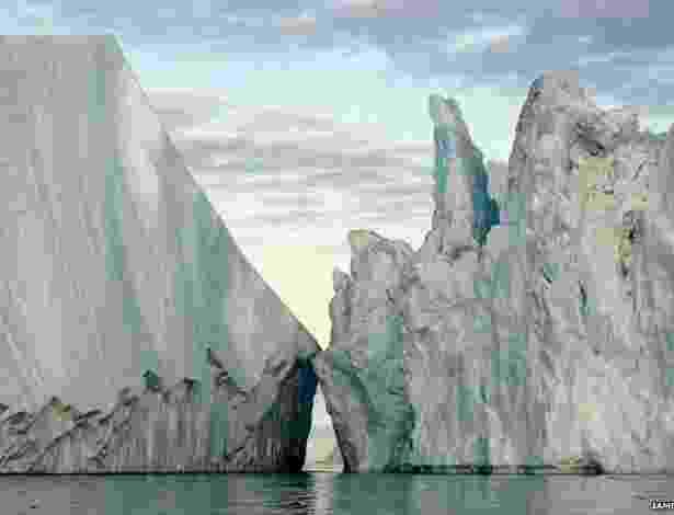 23.jul.2013 - O fotógrafo ambientalista James Balog comanda um projeto que documenta o derretimento de geleiras em várias partes do mundo. Suas fotos, selecionadas do arquivo de fotos do EIS, foram publicadas no livro Ice: Portraits of Vanishing Glaciers - James Balog/BBC