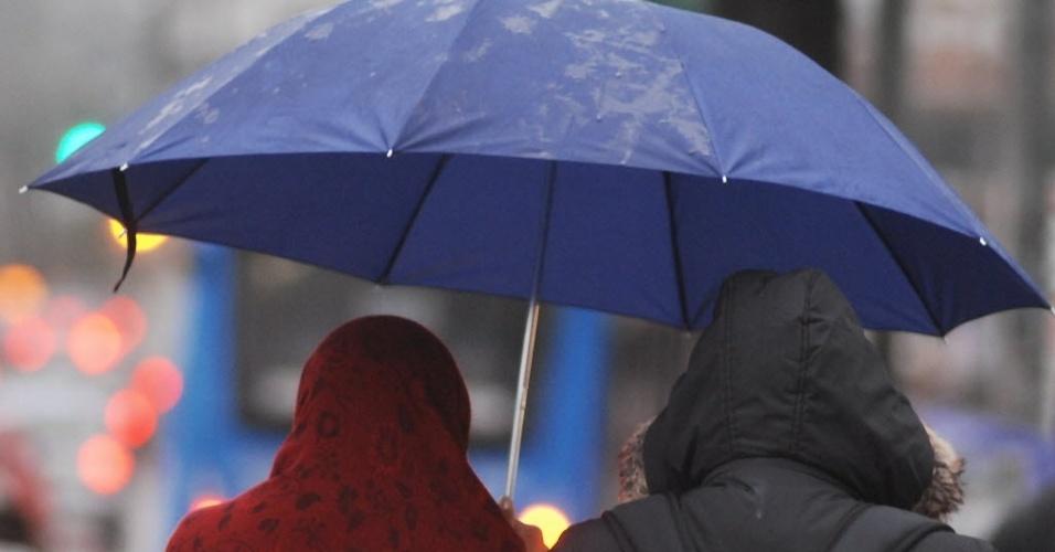 23.jul.2013 - Pedestres enfrentam frio e chuva próximo à estação Conceição do metrô, na zona sul de São Paulo, nesta terça-feira (23). A capital paulista registrou hoje a manhã mais gelada do ano, com os termômetros na casa dos 9ºC
