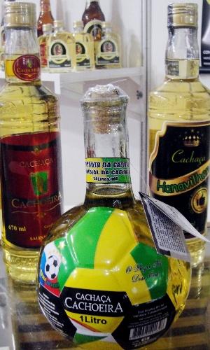 Garrafa em formato de bola de futebol da cachaça Cachoeira