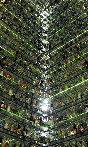 Vitrine com mais de 2.000 garrafas no Museu da Cachaça de Salinas
