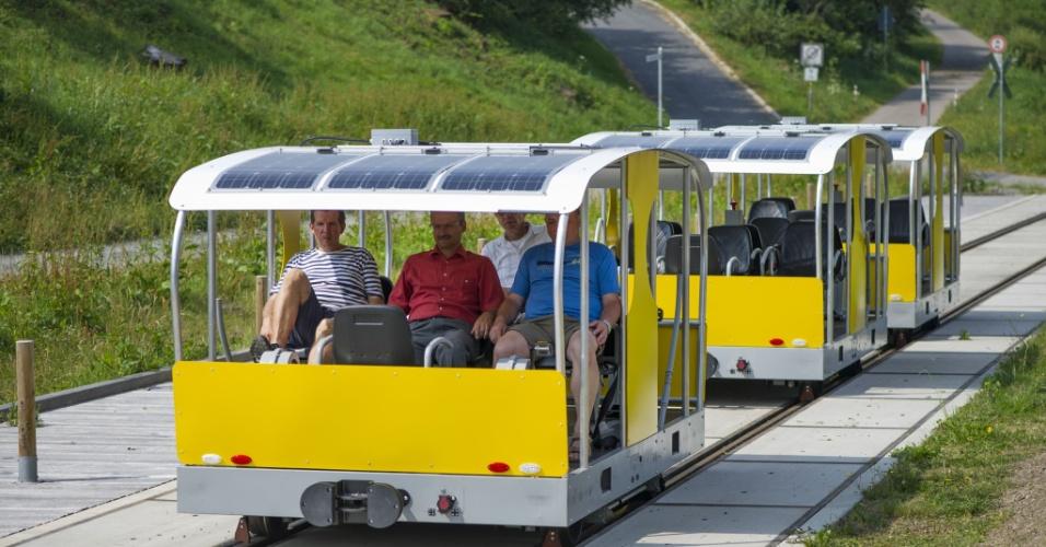 24.jul.2013 - Alemães testam bonde movido a energia solar, nesta quarta-feira (24), em Wald-Michelbach. O veículo utiliza uma linha desativada que corta a floresta de Michel Bach