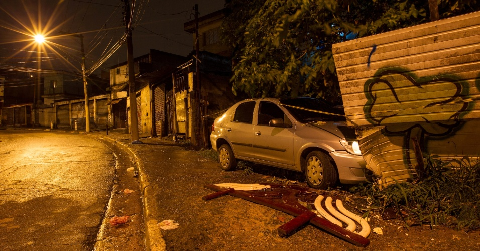 24.jul.2013 - Dois suspeitos de um sequestro-relâmpago foram presos na noite dessa terça-feira (23), em Vila Lourdes, zona leste de São Paulo, após baterem com o carro da vítima, durante perseguição policial. De acordo com a PM, uma testemunha viu dois homens rendendo um motorista na estrada Dom João Néri e ligou para o 190 para informar sobre a ação. Os policiais fizeram buscas no local e encontraram os suspeitos. Houve perseguição policial e troca de tiros. Um dos acusados ficou ferido, e o outro acabou se entregando