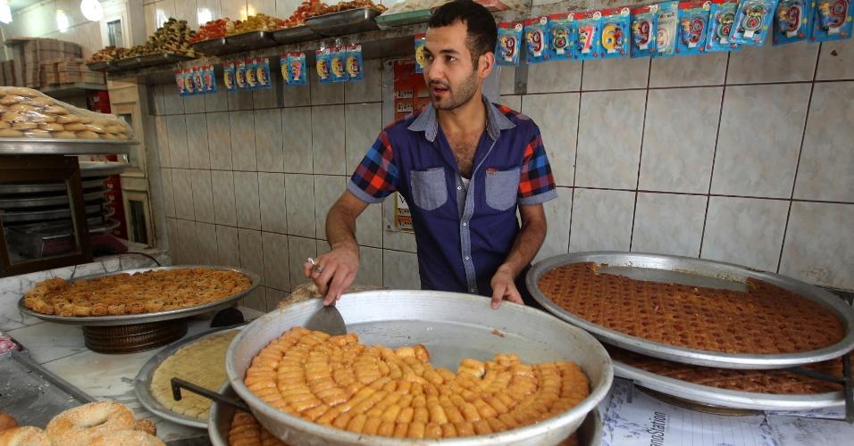 24.jul.2013 - Homem prepara doces árabes, nesta quarta-feira (24), em Bagdá (Iraque). Durante o mês de julho os islâmicos celebram o Ramadã, período no qual se abstêm de comer ou beber entre o por do sol e o início do dia