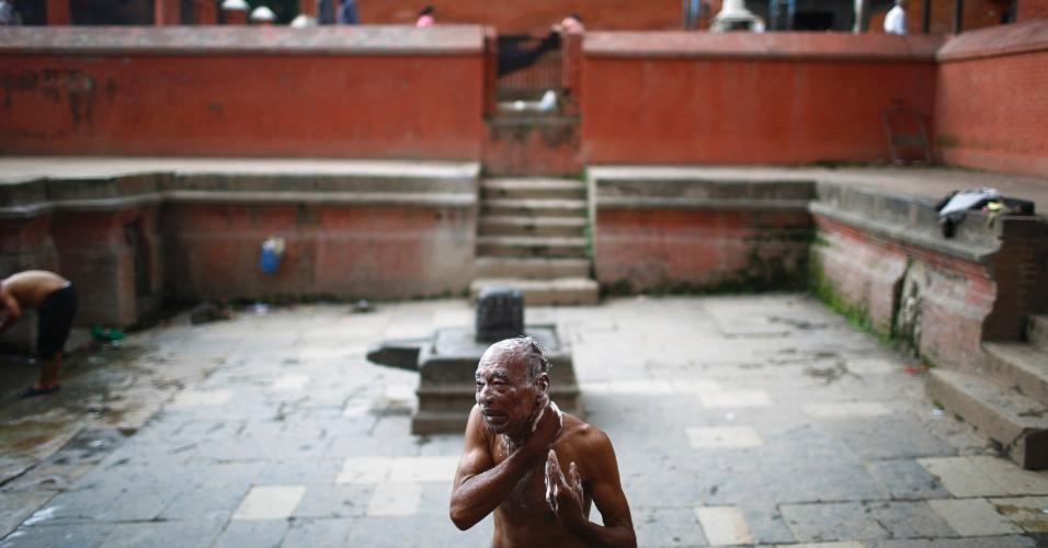 24.jul.2013 - Homem utiliza banho público em Laliptu, no Nepal, nesta quarta-feira (24)