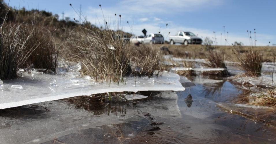 24.jul.2013 - Lago congelado é visto na região serrana de Santa Catarina, nesta quarta-feira. Tempo seco e céu aberto proporcionou geada generalizada