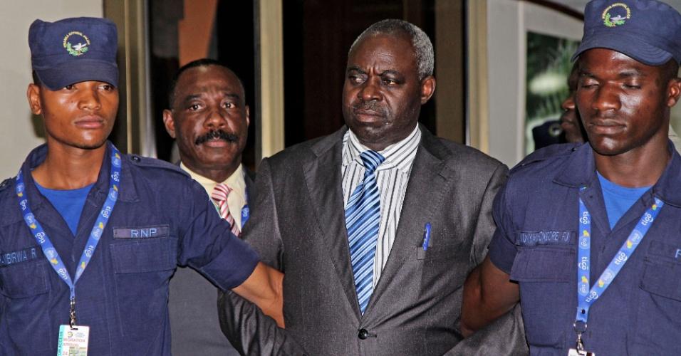 24.jul.2013 - O acusado de genocídio Bernard Munyagishari é escoltado por policiais, logo após a sua chegada ao aeroporto de Kigali, em Ruanda, nesta quarta-feira (24). Ele foi transferido do Tribunal Penal Internacional para Ruanda, com sede em Arusha, na Tanzânia. É a segunda vez que o tribunal apoiado pela Organização das Nações Unidas transfere um suspeito de participar do genocídio em Ruanda, ocorrido em 1994