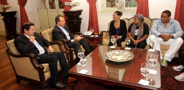 O governador do Rio de Janeiro, Sergio Cabral (2º da esq. para a dir.), participa de reunião com os familiares do pedreiro Amarildo Dias de Souza, no último dia 24