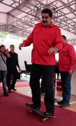 24.jul.2013  - O presidente da Venezuela, Nicolás Maduro, sobe em skate durante evento do governo em Maturin. A foto, tirada na terça-feira (23), foi divulgada hoje