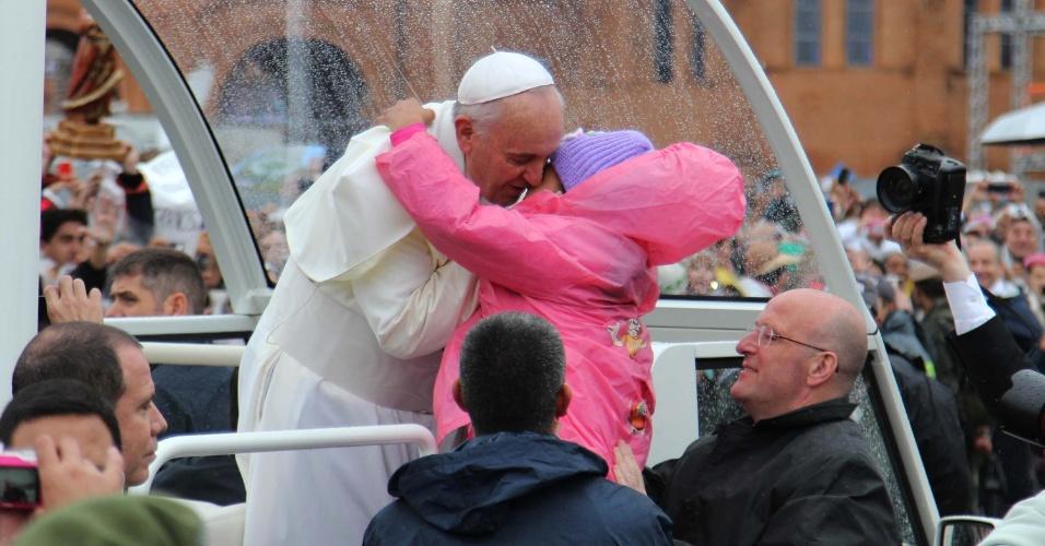 24.jul.2013 - Papa Francisco beija criança ao chegar de papamóvel ao Santuário Nacional de Nossa Senhora Aparecida, no interior de São Paulo