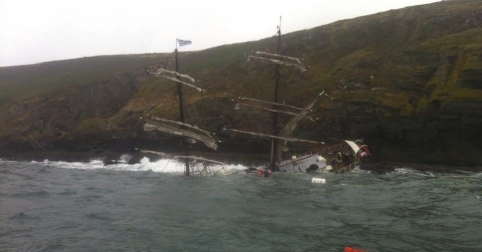 24.jul.2013 - Um barco naufragou após se chocar contra rochas, nesta quarta-feira (24), em Kinsale (Irlanda). Trinta pessoas foram resgatadas pela guarda-costeira. Não há informações sobre feridos