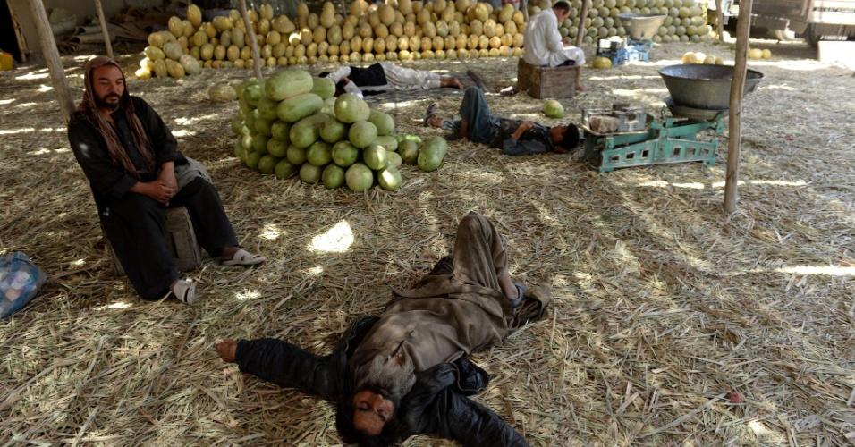 24.jul.2013 - Vendedores afegãos descansam enquanto aguardam clientes em um mercado de frutas, nesta quarta-feira (24), em Cabul
