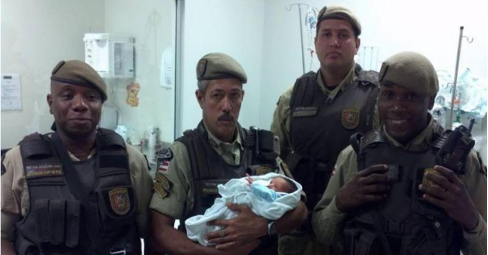 24.jul.2014 - Policiais militares da Bahia seguram bebê recém-nascido que havia sido abandonado em uma caixa de sapato em Itacaranha, subúrbio de Salvador, nesta quarta-feira (24). Resgatado pelos PMs, ele passou a ser chamado de Francisco em homenagem ao papa, que está em visita ao Brasil
