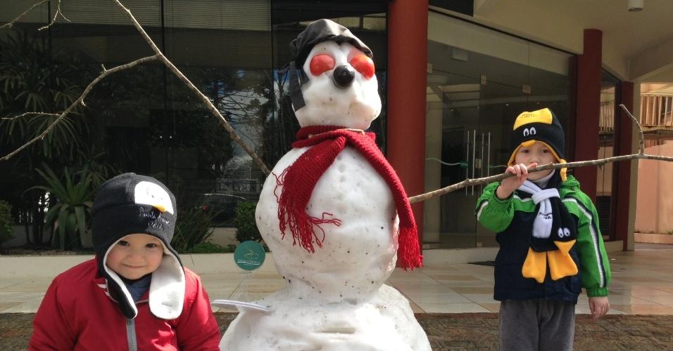 23.jul.2013 - Felipe e Eduardo aparecem com um boneco de neve em Canoinhas (SC), em foto enviada pelo internauta Marcelo Allage