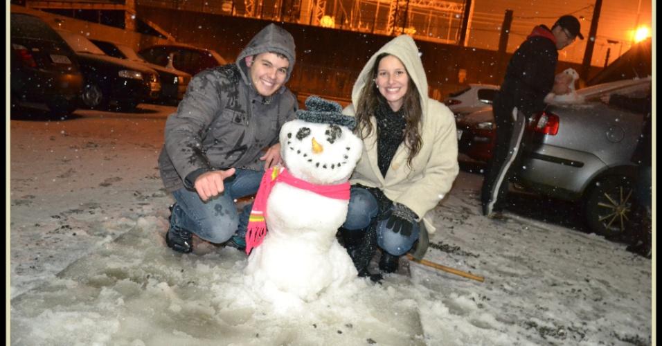 25.jul.2013 - Guilherme e Graziely posam ao lado do boneco de neve que fizeram em Guarapuava (PR)