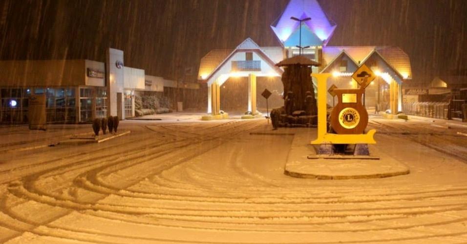 25.jul.2013 - A internauta Cássia Albuquerque fotografou o portal da cidade de Canoinhas (SC) coberto pela neve