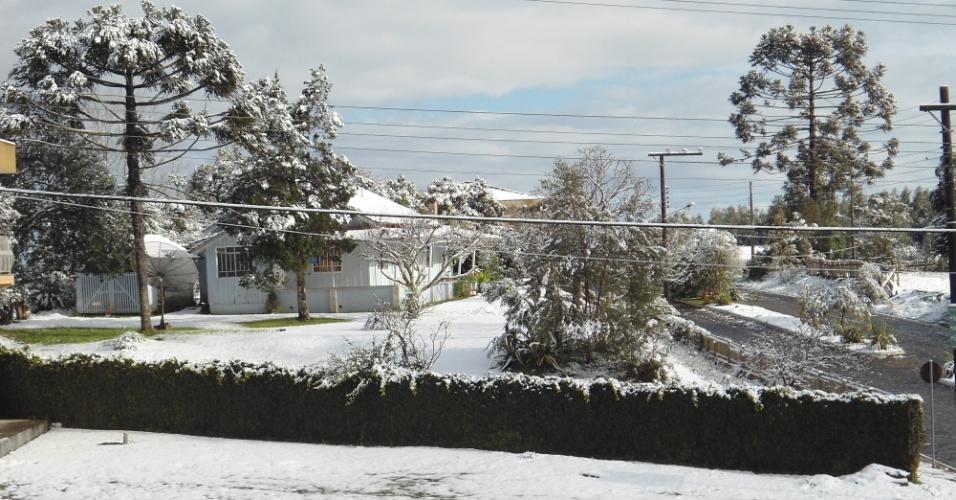 25.jul.2013 - Internauta Marilda enviou fotos de Guarapuava (PR), onde nevou no dia 22 de julho. ??Nossa cidade ficou linda toda enfeitada de branco??, comentou