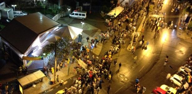 Longa fila de peregrinos se forma na única entrada acessível para a estação Siqueira Campos do metrô, na zona sul do Rio de Janeiro - Gabriela Fujita/UOL