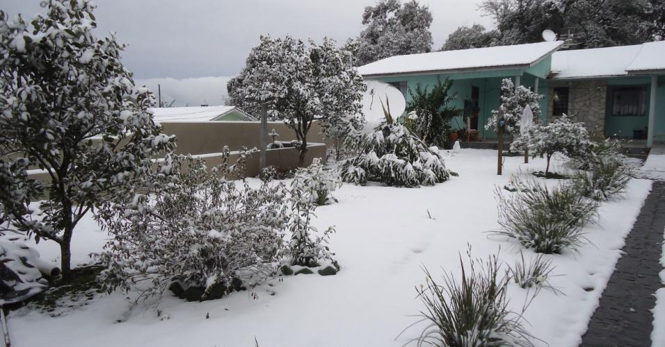 25.jul.2013 - O internauta Elton J. Buch mandou fotos da neve em Itaiópolis (SC)