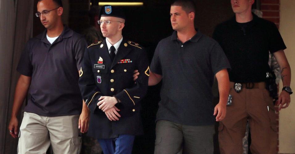 25.jul.2013 - O soldado do Exército dos Estados Unidos Bradley Manning é escoltado por policiais após o primeiro dia das alegações finais do seu julgamento militar, nesta quinta-feira (25), no Fort George G. Meade, no Estado de Maryland. Manning é acusado de enviar informações sigilosas ao site WikiLeaks, enquanto trabalhava como analista de inteligência, em Bagdá, entre 2009 e 2010