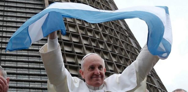 Papa Francisco acena com bandeira da Argentina durante visita ao Brasil, em 2013