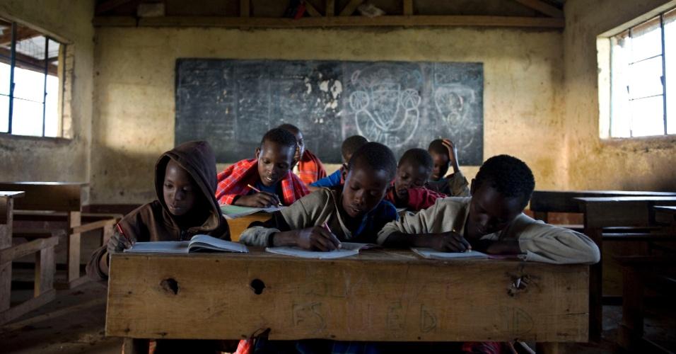 Alunos do ensino fundamental têm aula em escola no município de Kisima, em Samburu, no Quênia. Eles fazem parte de um projeto de aulas noturnas, ministradas por professores voluntários, para trabalhadores do campo que normalmente não conseguem frequentar a escola durante o dia