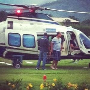 Em seu blog, o deputado federal Anthony Garotinho publicou foto em que Sérgio Cabral, seu adversário político, deixa um helicóptero com a logomarca do governo do Estado trajando roupas esportivas: bermudão e camiseta