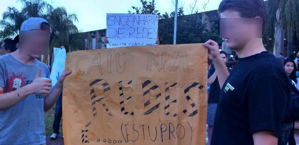 Estudantes do curso de engenharia de redes da UnB fazem recepção com cartaz que faz referência a estupro de calouros - Reprodução/Facebook