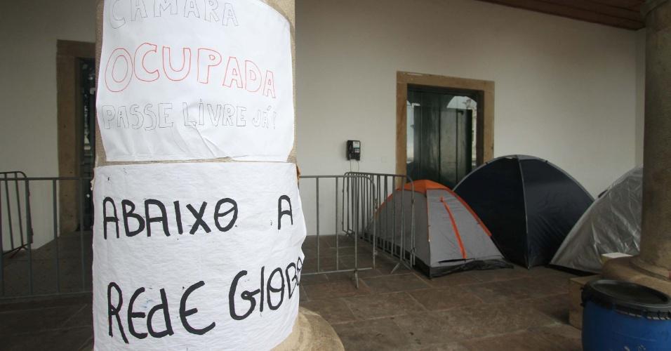 26.jul.2013 - Integrantes do Movimento Passe Livre ocupam a Câmara Municipal de Salvador, na manhã desta sexta-feira (26). Hoje faz cinco dias que os manifestantes acampam no loca